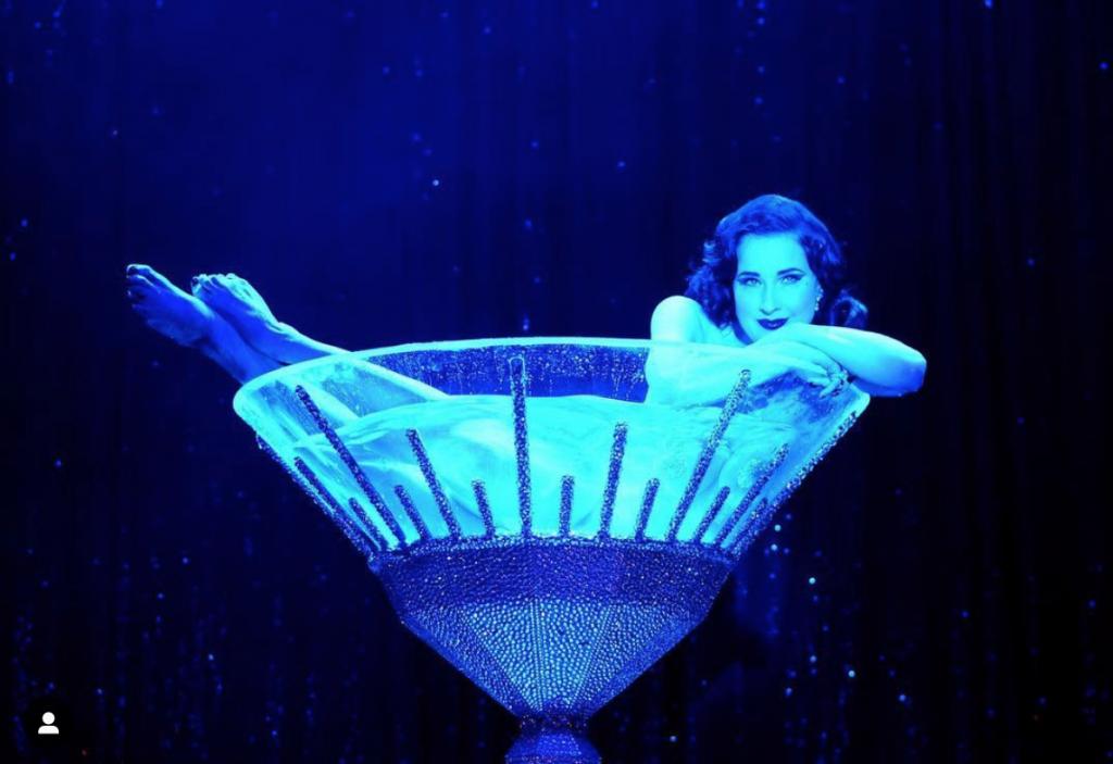 Dita von Teese in einem Glas Martini